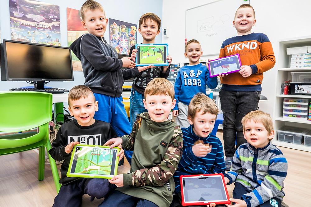 Dzieci uczą się programowania w szkole stacjonarnej