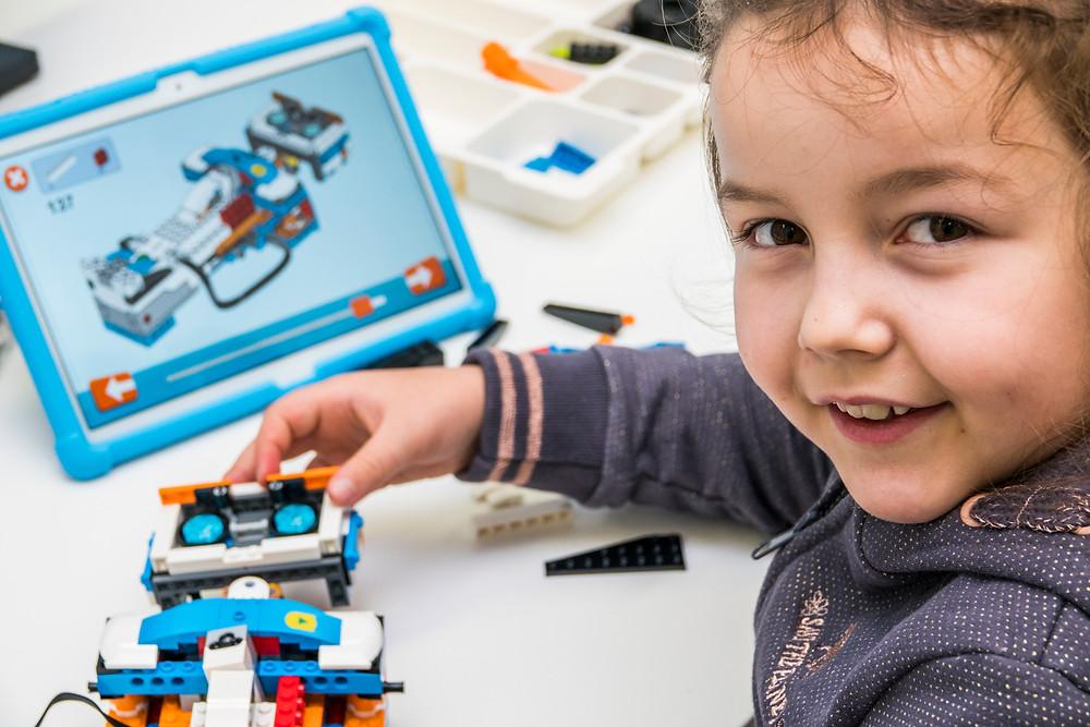 Dziecko na podstawie lekcji wideo uczy się programowania w domu