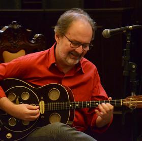 Henrique Cazes tocando violão tenor dinâmico © Marilia Figueiredo