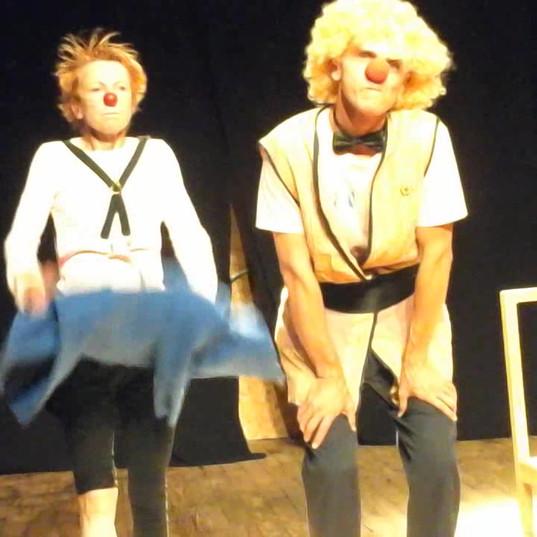 Exercice de clown - une chaise pour deux clowns