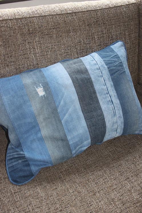 Kussen gemaakt van old-jeans strepen