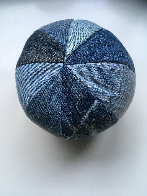 Bal van oude jeans gemaakt. Met rammeltje