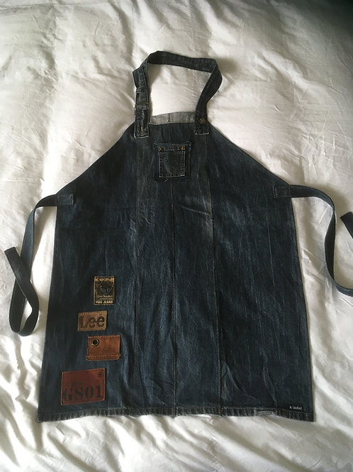 Schort van old jeans met labels