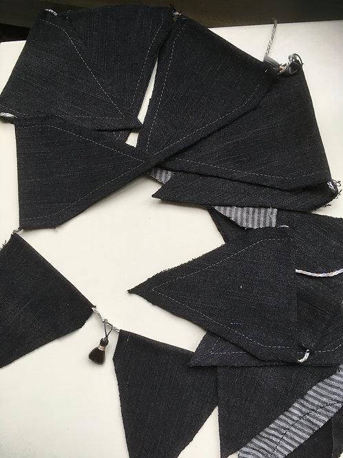 Vlaggenlijn van ca 185 cm. van zwarte jeans