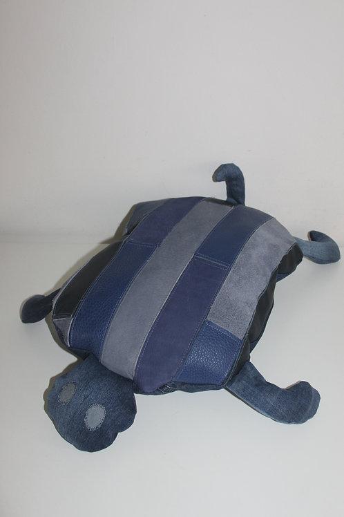 Schildpad van restjes blauw leer en donkerblauwe old jeans