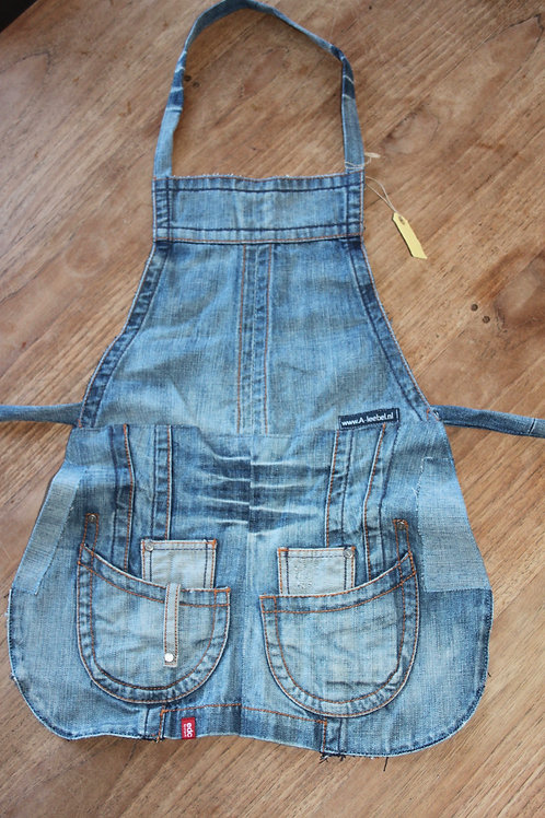 Kinderschort gemaakt van old-jeans jasje
