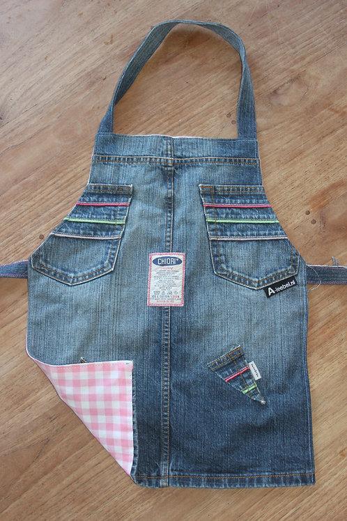 Kinderschortje van oude jeans met vrolijke kleurtjes