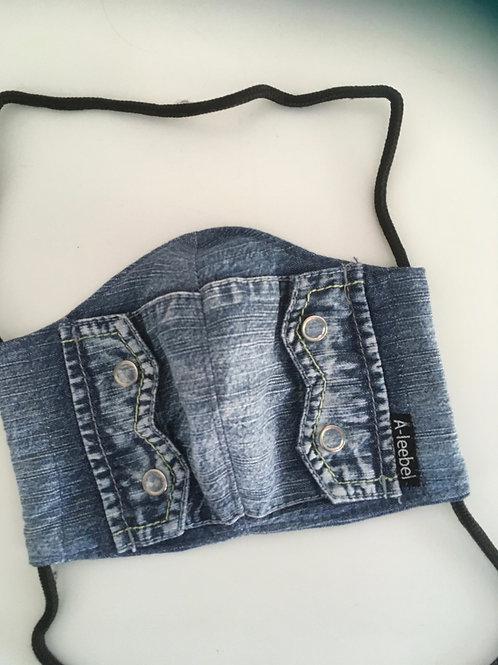 Mondkapje van een jeansblouse gemaakt.