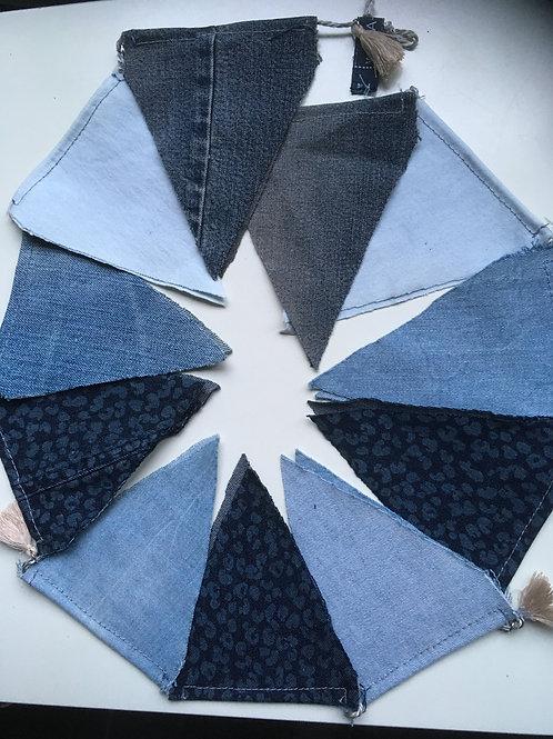 Vlaggenlijn van ca. 135 cm. van oude jeans