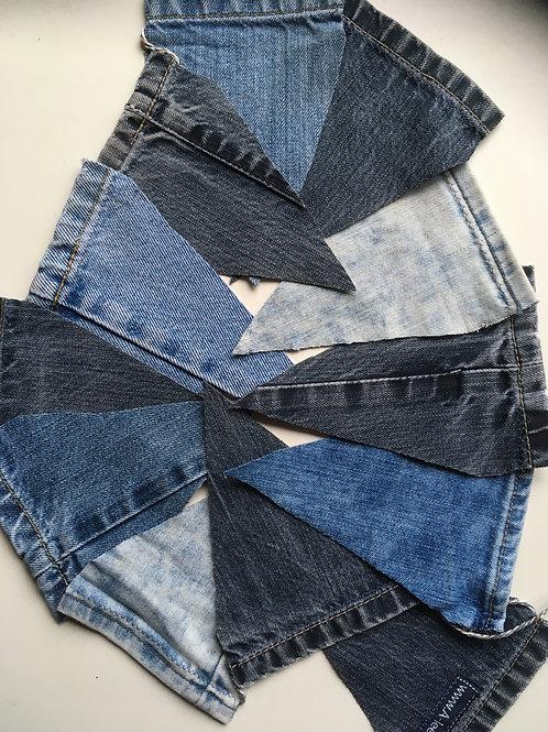 Vlaggenlijn van oude jeansbroeken gemaakt