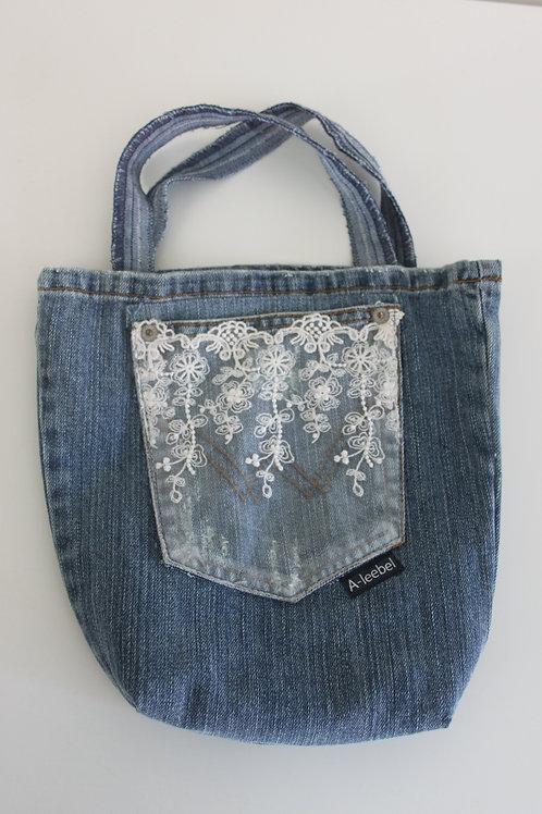 Tasje van old jeans met kanten zak