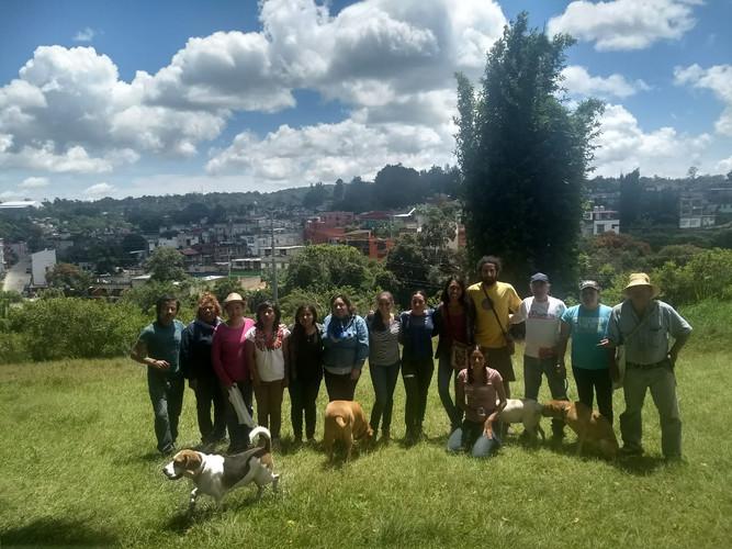 Grupo de vecin@s, estudiantes, custodios y amig@s que son parte de esta red de árboles-de vida.