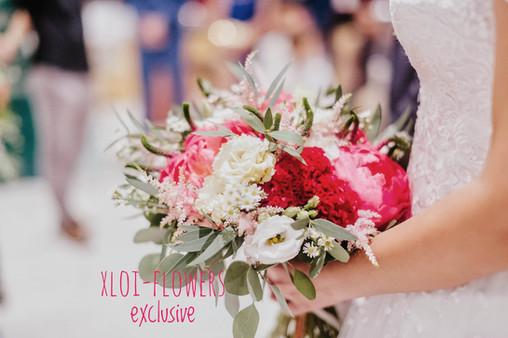 bridal bouquet with burgundy colours