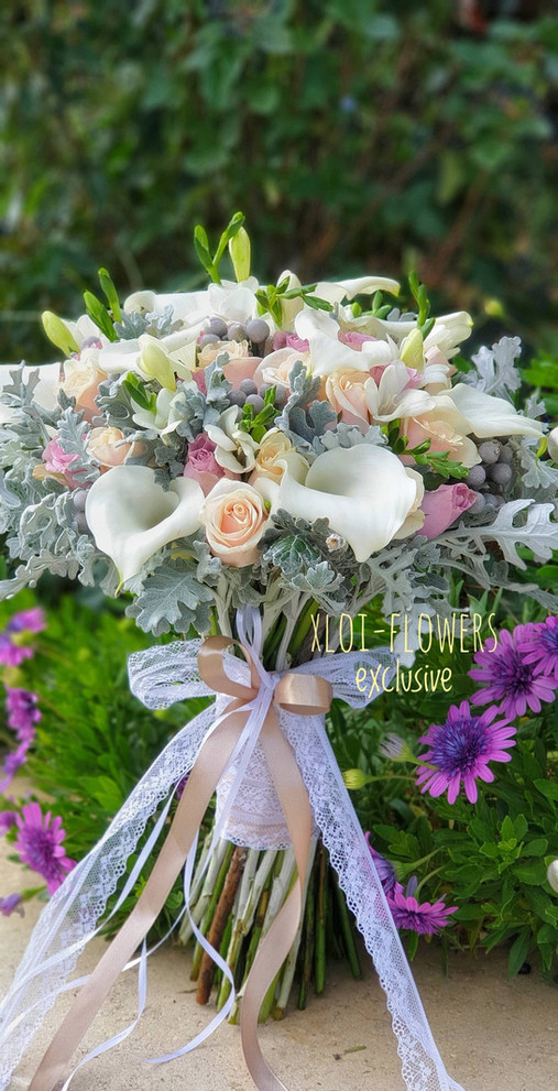 Μπουκέτο με κάλες, φρέζιες και τριαντάφυλλα σε ροζ - σομόν αποχρώσεις