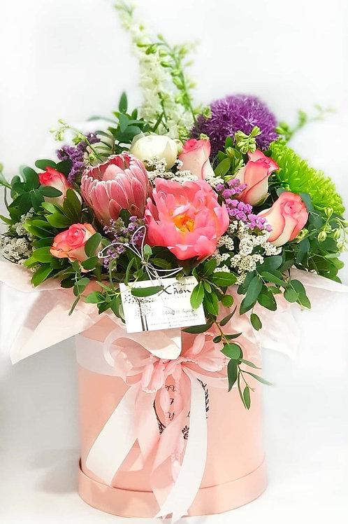 Σύνθεση λουλουδιών σε καπελιέρα