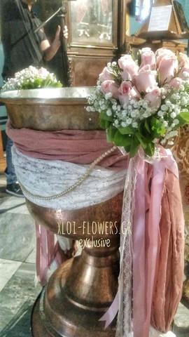 ροζ τριαντάφυλλα και γυψοφύλλι με υφάσμα
