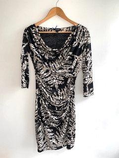 Vestido lindo, preto com estampa off-white, veste hiper bem