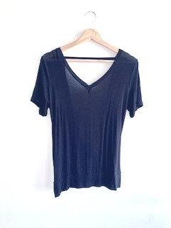 Camiseta preta, gola V