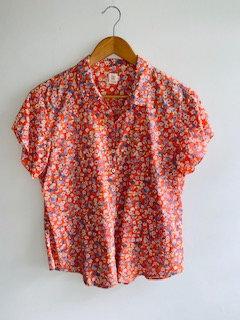 Camisa manga curta, florida,fundo laranja.