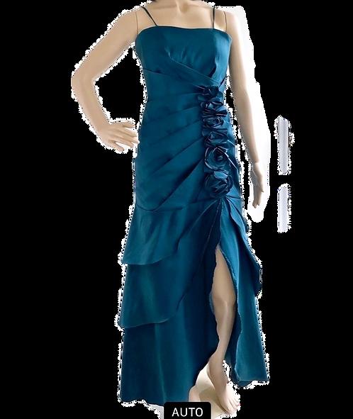 Vestido festa longo com flores de tecido e drapeado.