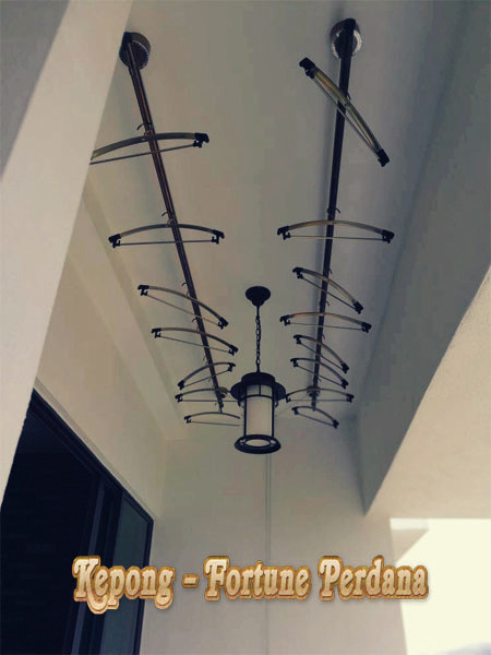 Laundry ceiling lifting clothes hanger