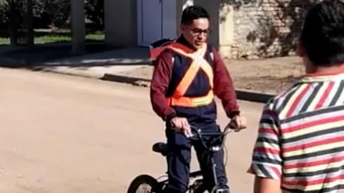 Un paramédico hacía 100 km diarios en bicicleta para ir a trabajar y fue despedido después de que le