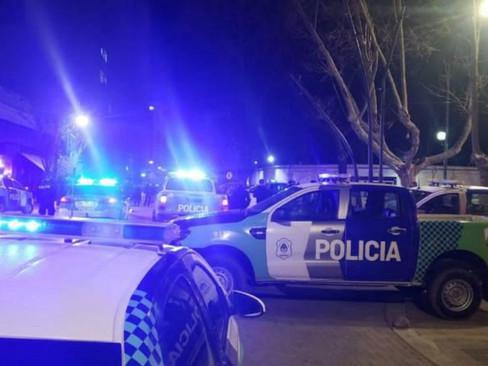 La Policía bonaerense protesta por una mejora salarial y el gobernador Kicillof se atrincheró en su