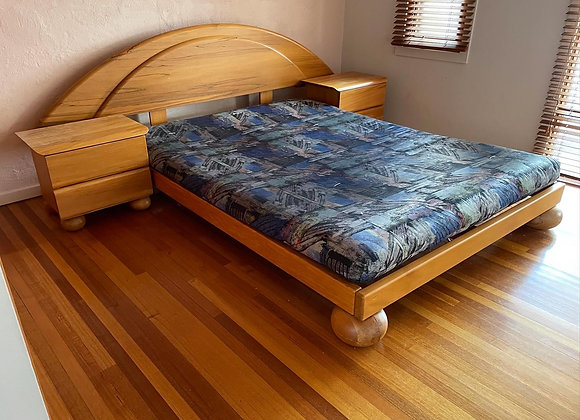 A Set of Teak Queen Size Bed & 2 Bedside Tables in a Really Good Condition