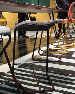 Steharbeitsplatz. Stehhocker. Agile Bueromoebel mit kleinen Neigungen nach vorne tragen zum dynamischen Sitzen bei und verbessern die Atmung. New Work Konzepte bieten den Mitarbeitern eine vielfältige Bueroeinrichtung an.