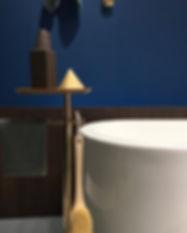 Für unsere Badplanung setzen wir nur Technik und Design der besten Hersteller und Marken ein. Hier zum Beispiel eine wunderbar geschwungene Keramikbadewanne von Vitra, sowie hochwertige Badaccessoires. Auch bei unserer Küchenplanung arbeiten wir mit erfahrenen Küchenstudios und Küchenherstellern zusammen. Unsere Aufgabe ist dabei die Integration der Küchenplanung in das gesamte Interior Design Konzept. Das Ziel der Einrichtungsplanung ist, dass am Ende alles zusammenpasst und eine einmalige Wohnatmosphäre geschaffen wird.