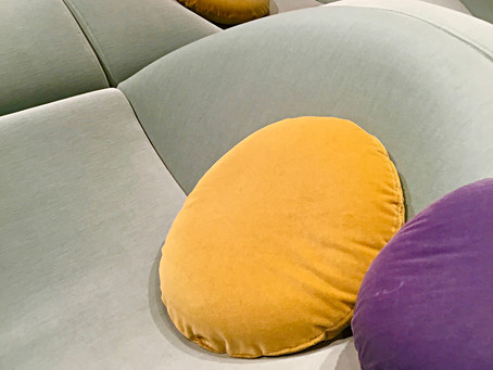 Neues Sitzen, Liegen, Fletzen auf der Internationalen Möbelmesse Köln – Raumgestaltung 2020