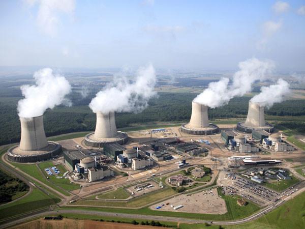 Survol d'installations nucléaires françaises par des drones : quatre hypothèses