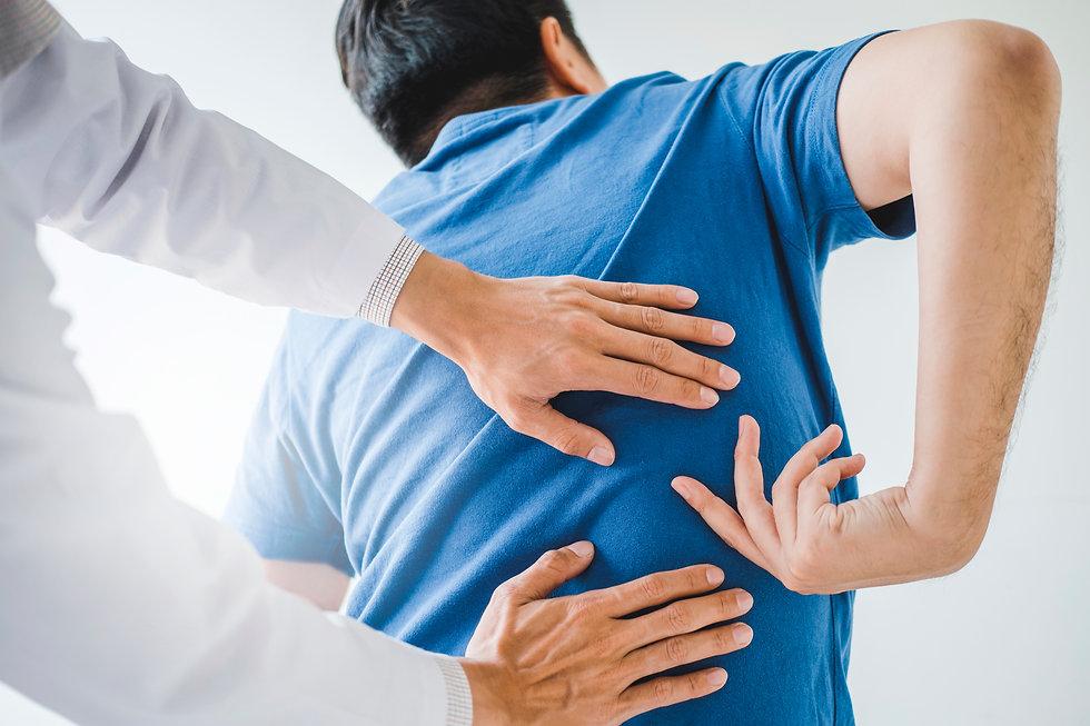 Rückenschmerzen und aktute Schmerzen, die bis zum Rücken ausstrahlen, behandelt Dr. Christian Weiss in seiner Praxis in Tagelswangen und in Wila in der Praxis WilaCare.