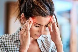Kopfschmerzen und akute Schmerzen, die bis zum Kopf ausstrahlen, werden in der Schmerzpraxis von Dr. Weiss diagnostiziert und professionell behandelt.