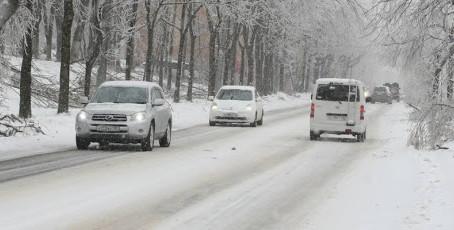 Снегопад в Приморье временно затруднил проезд на участке дороги Терней - Амгу.