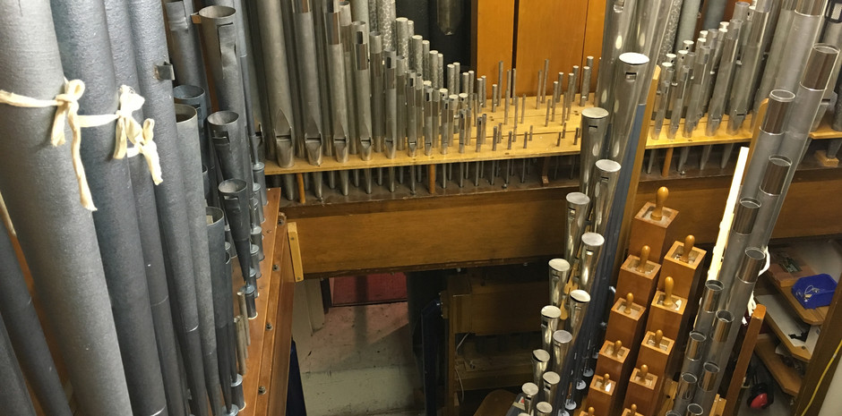 Main Chamber:  Upper level (L-R): Tuba Horn, Horn Diapason, Vox Humana, Quintadena  Lower Level: Oboe Horn, Tibia Clausa, Clarinet
