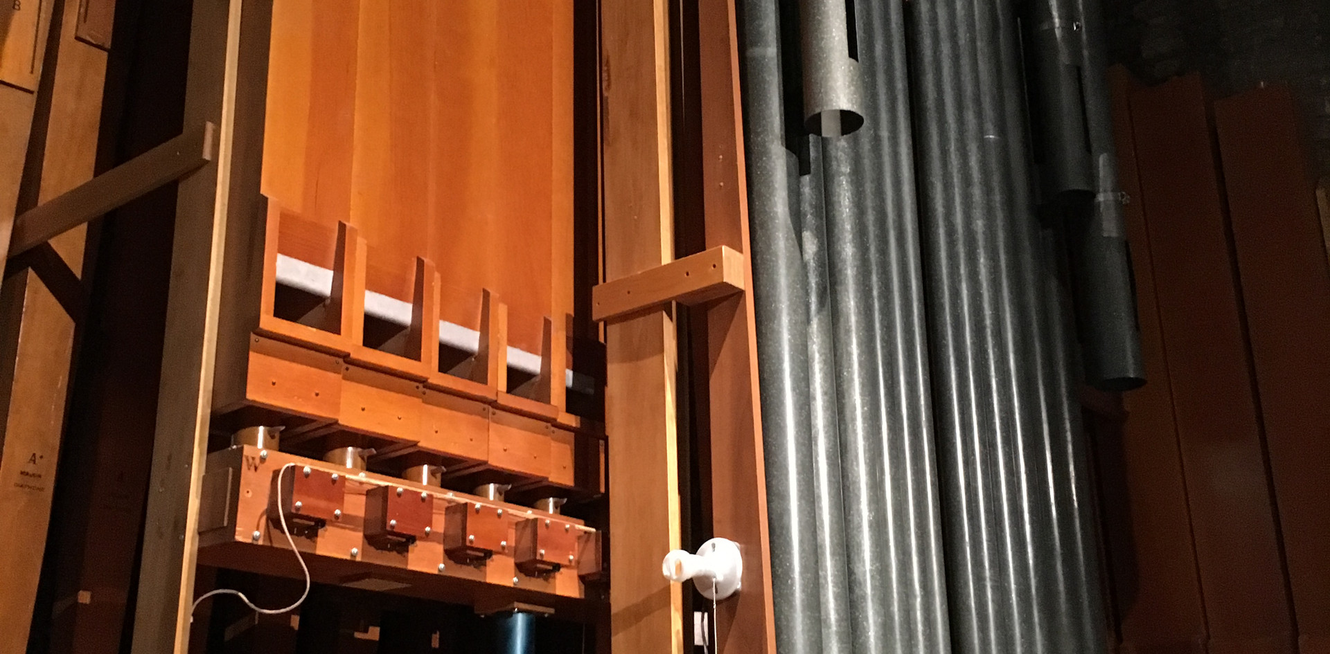 Backstage Organ:  (Back-Front): Diaphone, English Horn, Brass Trumpet, Tibia Clausa, Viol d' Orchestra