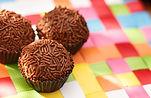 Brigadeiros de chocolate en una estera d