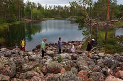 Озеро и камни