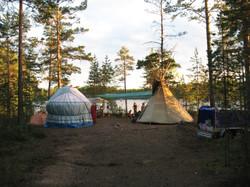 Лагерь с юртой и типи
