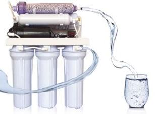 Inhibidores de incrustaciones y corrosión, materiales adsorbentes, medios filtrantes y soluciones de dosificación para el tratamiento de agua