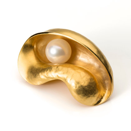 GOLD OYSTER BROOCH WITH PEARL