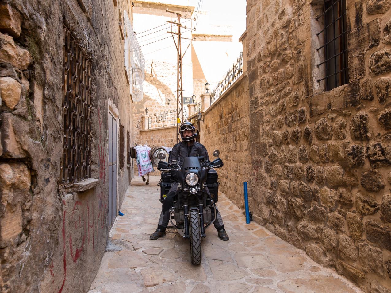 A moto dans les ruelles de Mardin
