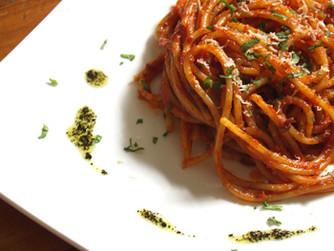 Espaguetis con salsa de tomates y anchoas