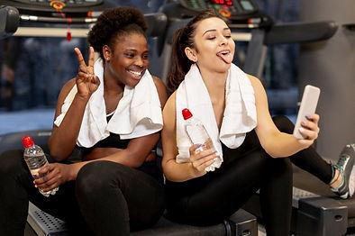 giovani-donne-in-palestra-prendendo-auto