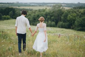 La novia y el novio en el prado