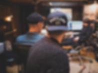 Homens que trabalham no estúdio de grava
