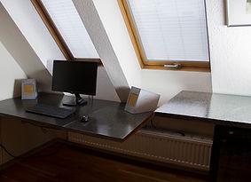 Schreibtisch Sichtbeton 1.jpg