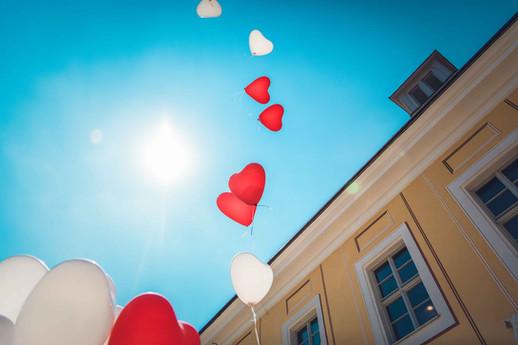 Luftballons nach der Trauung