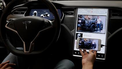 Extreme Autowerks Tesla Screen Mirroring 5